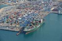 Cranes uploading containers at Ashdod Port. Image courtesy of Ronen Akerman